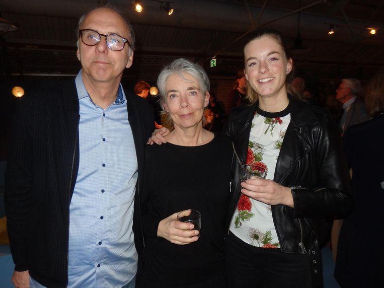Journalist Cor Speksnijder, en Carolien van der Ven en Floor Geelen, partner en dochter van de covogelaar. Beeld Schuim