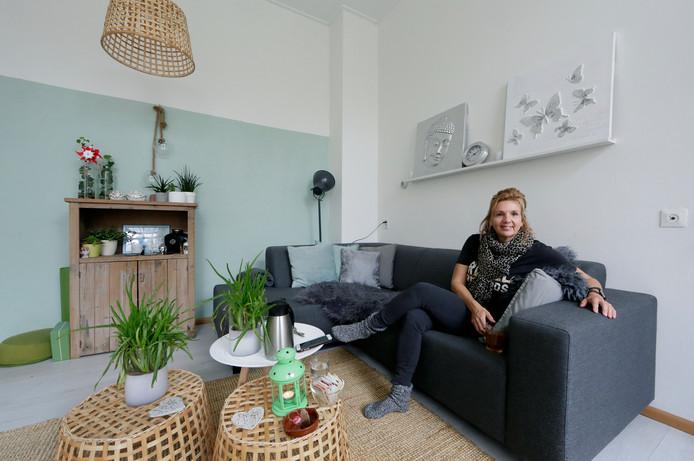 In de woonkamer van het monumentale huisje van Jolande van der Wal wordt nog regelmatig geyogaad.