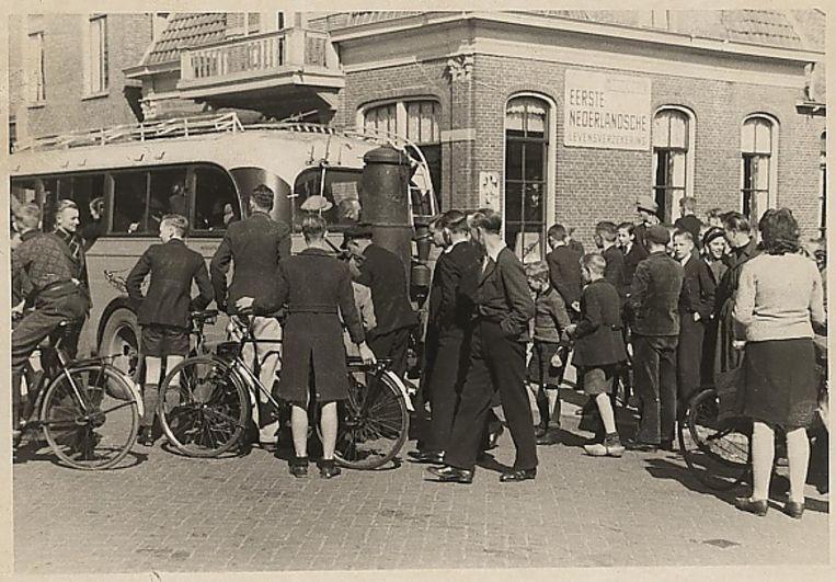 Stakers in Veendam dwingen de buschauffeur om mee te staken. Beeld Roelf Geert Boiten. H. Venema / RHC Groninger Archieven
