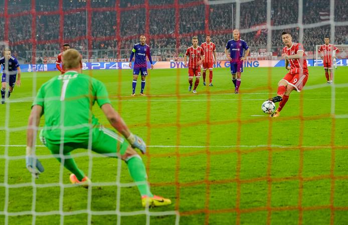 Robert Lewandowski benut namens Bayern een strafschop.