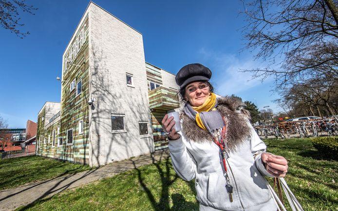 Bezoekster Wilma van de nachtopvang heeft een kop koffie gehaald bij De Herberg. Omdat veel plekken waar daklozen overdag terecht konden dicht zijn vanwege het coronavirus opent De Herberg nu ook overdag enkele uren.