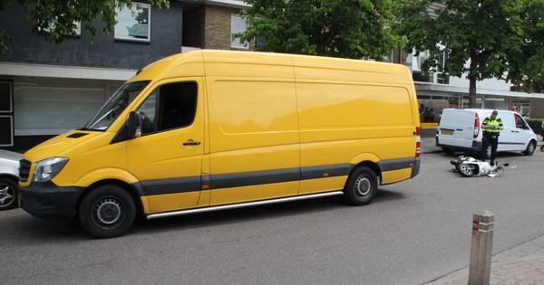 Scooterrijder met spoed naar ziekenhuis door botsing met bedrijfsbus in Almelo.