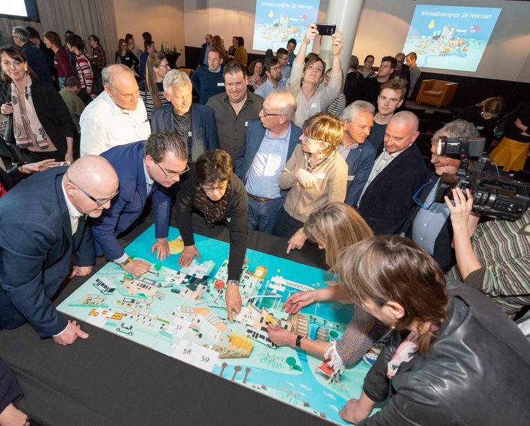 De lokale besturen legden samen een symbolische klimaatpuzzel in het New Zebra-complex in Gent.