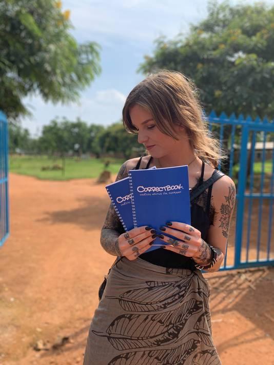 Vlogger OnneDi met de schriften.