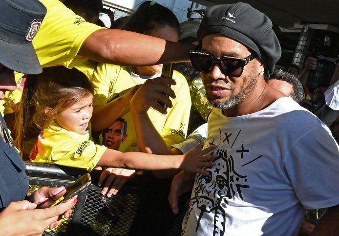Ronaldinho bij zijn aankomst op het internationale vliegveld nabij hoofdstad Asunción.