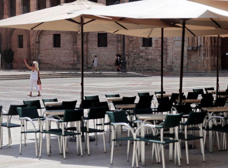 Lege terrassen in het Spaanse Valencia. Beeld EPA