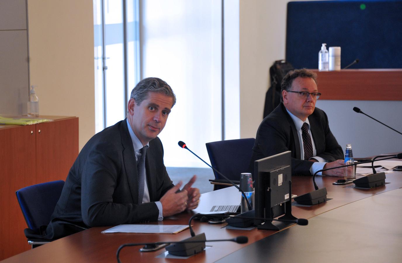 GGD-baas Cees Vermeer (rechts) en voorzitter Wouter Kolff van de Veiligheidsregio Zuid-Holland-Zuid tijdens een persconferentie over de coronacrisis.