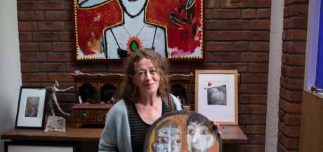 Saluut aan overleden Huissense kunstenares en Ellen Baptist tijdens grafiekmanifestatie Lingeprint
