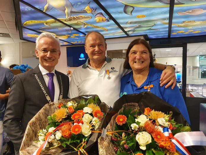 Diederick en Inge van Scherpenseel met burgemeester Hans Verheijen (l) die de koninklijke onderscheidingen uitreikte.