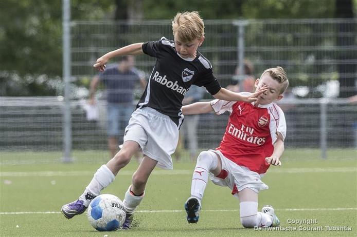 Aan de voetbaldriedaagse doen 64 jongens en meisjes mee.
