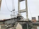 Het brugdek werd donderdagochtend beschadigd toen een boot er tegenaan knalde.