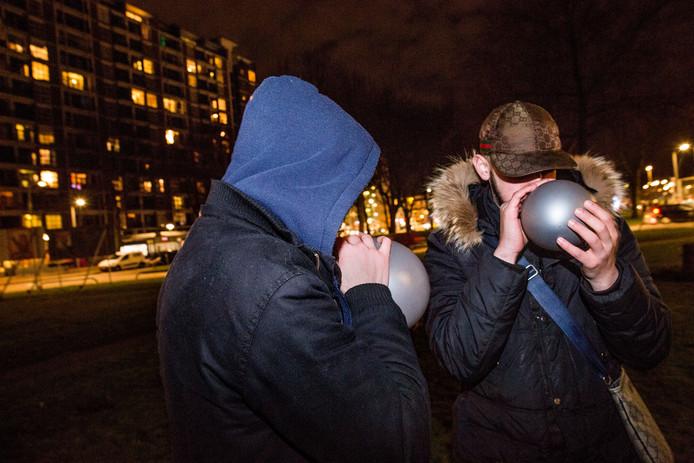 In een paar jaar tijd is het lurken aan een ballonnetje met lachgas voor veel jongeren de normaalste zaak van de wereld geworden.