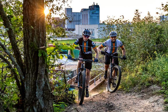 Uitdagend mountainbiken op het industrieterrein: in Deventer kan dat en worden stukjes groen en grondwallen slim benut voor de fietser.