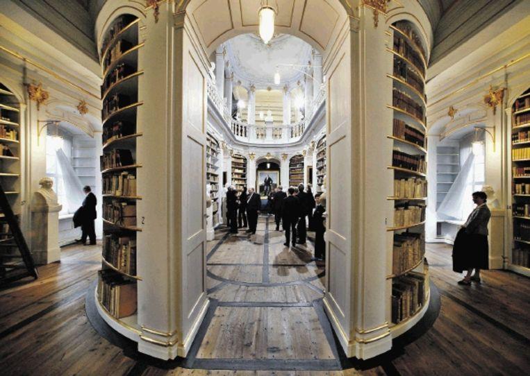 De Anna Amalia Bibliotheek (links) werd zes jaar geleden deels door brand verwoest en is sinds de restauratie de grootste toeristentrekker van de stad. (Trouw) Beeld AP