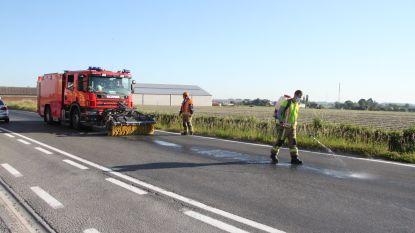 Brandweer ruimt in Heestert zo'n 2 kilometer hydraulische olie van tractor op