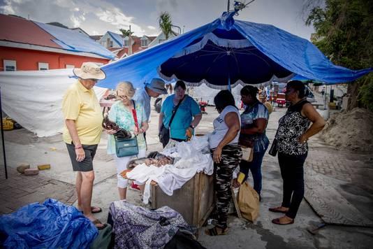 Het dagelijks leven in de straten van Philipsburg op het eiland Sint Maarten, na de orkaan Irma.