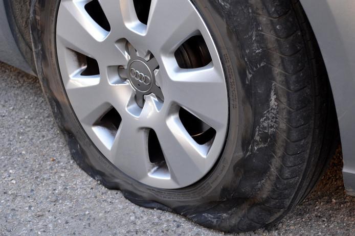 Deze Audi-rijder heeft geen geluk: lekke band!