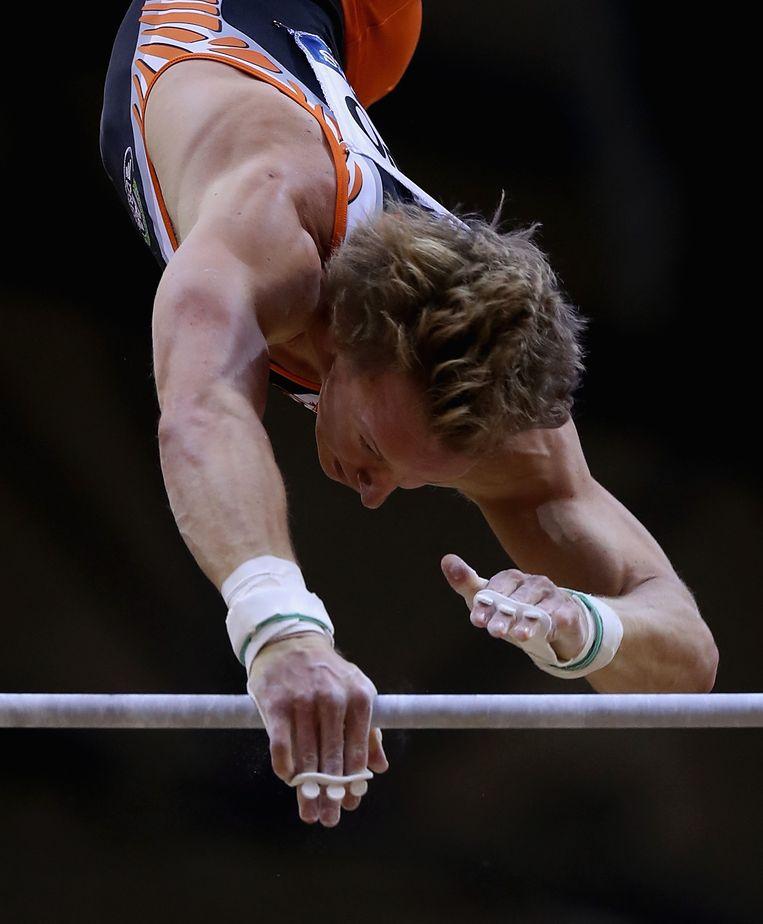 Epke Zonderland in actie op de rekstok tijdens de toestel finales op de wereldkampioenschappen turnen in Doha, Qatar. Beeld null