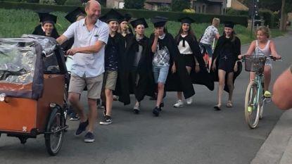 """Zesdejaars van basisschool Beerst houden 'afzwaaiwandeling' door het dorp: """"Zo leuk dat de inwoners applaudisseerden"""""""