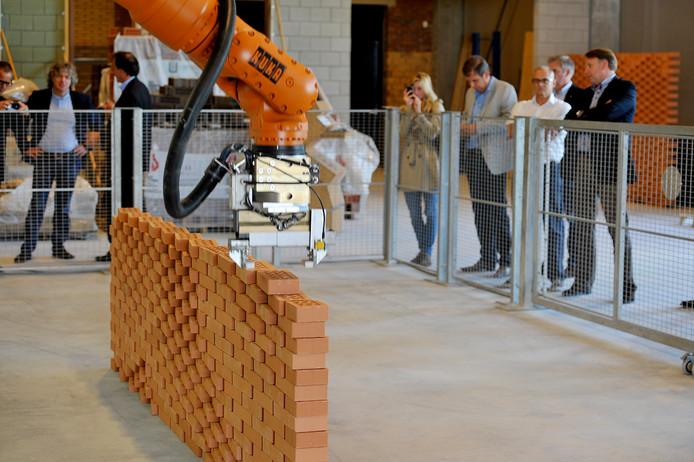Een metselrobot aan het werk in Tilburg.