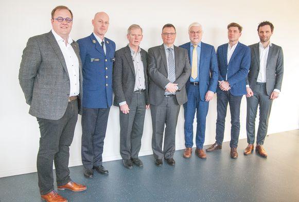 Van links naar rechts: burgemeester en voorzitter Tom De Vries, korpschef Peter Muyshondt, secretaris Luc Schroyens, burgemeester Luc Bouckaert, burgemeester Rob Mennes, burgemeester Jeroen Baert, burgemeester Jurgen Callaerts.