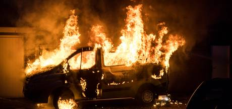 VIDEO: Auto uitgebrand in Trappistenstraat Tilburg