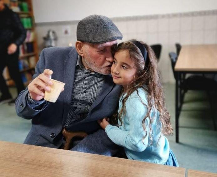 Serafettin Yalciner (87) en zijn kleindochter.