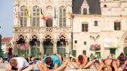Yogabeoefenaars trotseren blakke zon