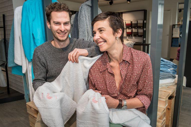 Yannick Cortvriendt en Mieke Deprez van handdoekproducent Clarysse met de limited edition 'Hotel Römantiek'-handdoekenset.
