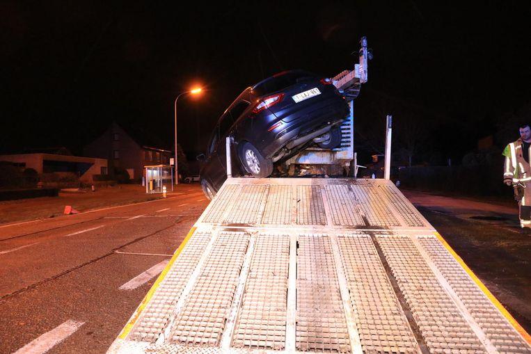 De auto belandde via de oprijplank bovenop de vrachtwagen.