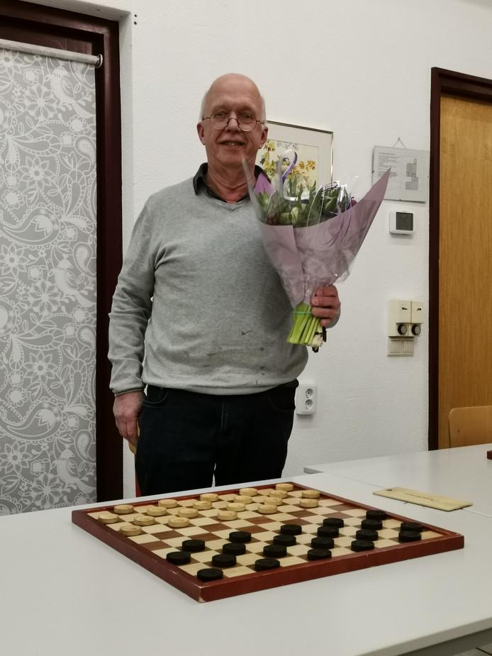 De Bornse Damvereniging zet jubilaris Henk de Lange in de bloemen.