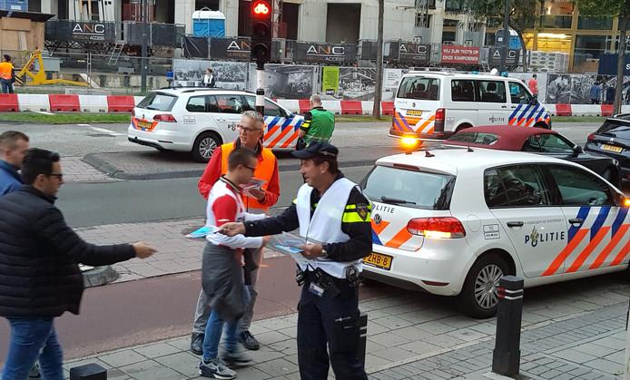 Politie deelt flyers uit