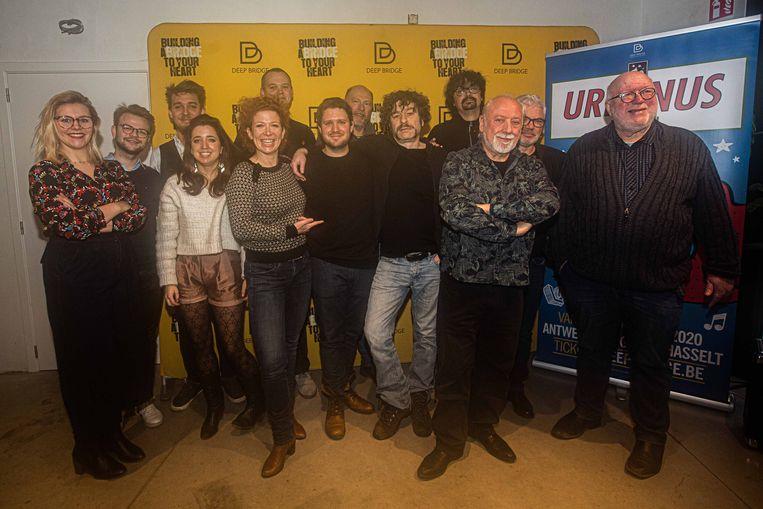 De volledige cast, samen met regisseur Stany Crets, Urbanus en Willy Linthout.