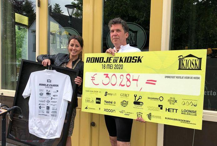 Dany de Rijck en Frans Timmers hebben een cheque van 30.284 euro gekregen van de mountainbikers die een benefiet voor De Kiosk in Loop op Zand op touw hebben gezet