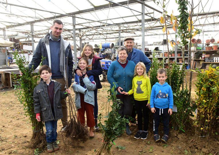 Schepen Simon De Boeck(CD&V) kwam samen met zijn kinderen zijn haagplantjes afhalen