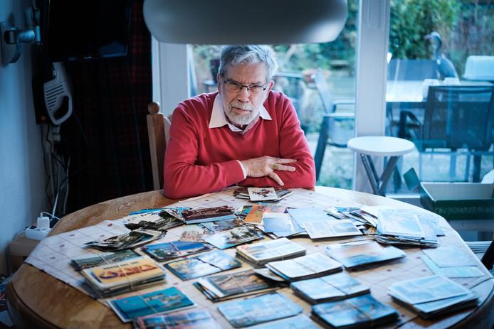 Kees van den Brink met zijn enorme stapel ansichtkaarten.