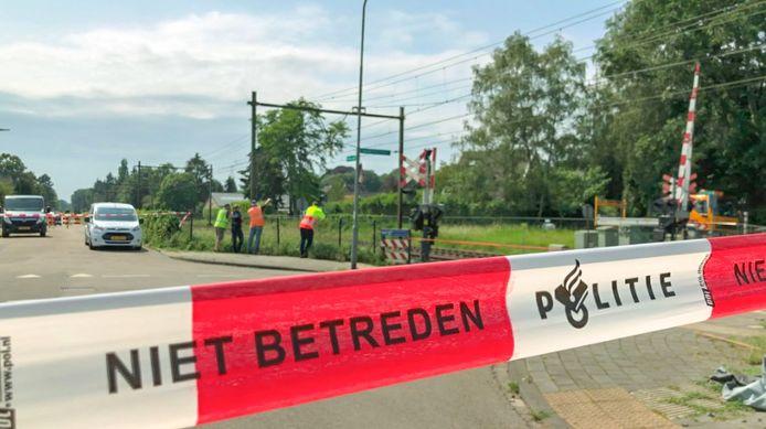 De Arnhemsestraatweg in Rheden is deels afgesloten na het vrijkomen van asbest tijdens het noodweer van dinsdagavond.