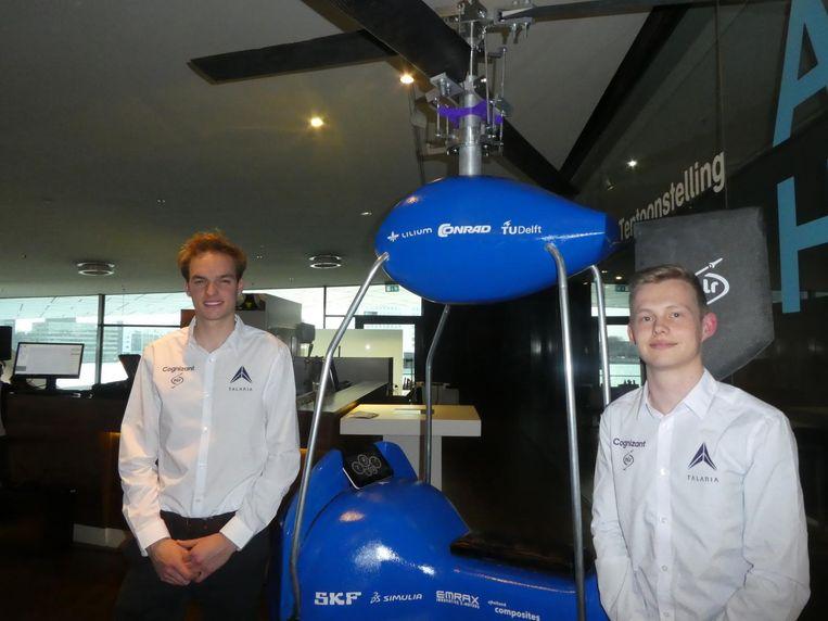 Philipp Essle en Patrick Busser van Talaria, met hun minihelikopter: `90 kilometer per uur is cruisen.` Beeld Hans van der Beek