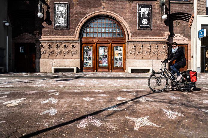 'Om wat vrolijkheid in de wereld te brengen', is de stoep voor poppodium Luxor Live aan het Willemsplein in Arnhem met stoepkrijt versierd.