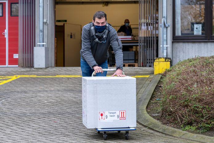 De vaccins die in de Dendermondse rusthuizen gegeven worden, vertrekken allemaal vanuit het Algemeen Ziekenhuis Sint-Blasius.