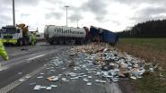 Snelweg urenlang afgesloten na botsing tussen twee trucks