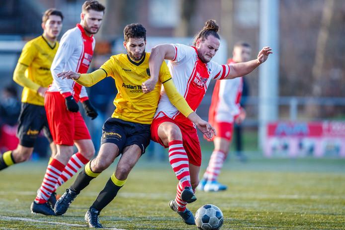 Dani Lohman (in duel tegen RKAVV) speelt komend seizoen weer in Zwolle, bij SVI.