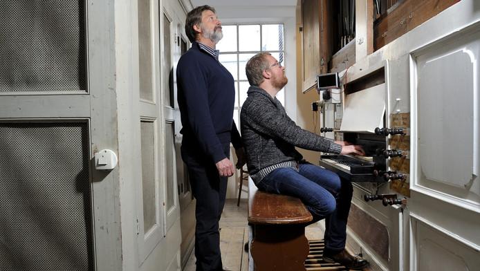 George Onderdelinden (staand) en organist Cees Willem van Vliet kijken naar de pijpen in de opengemaakte orgelkast in de lutherse kerk in Amersfoort.