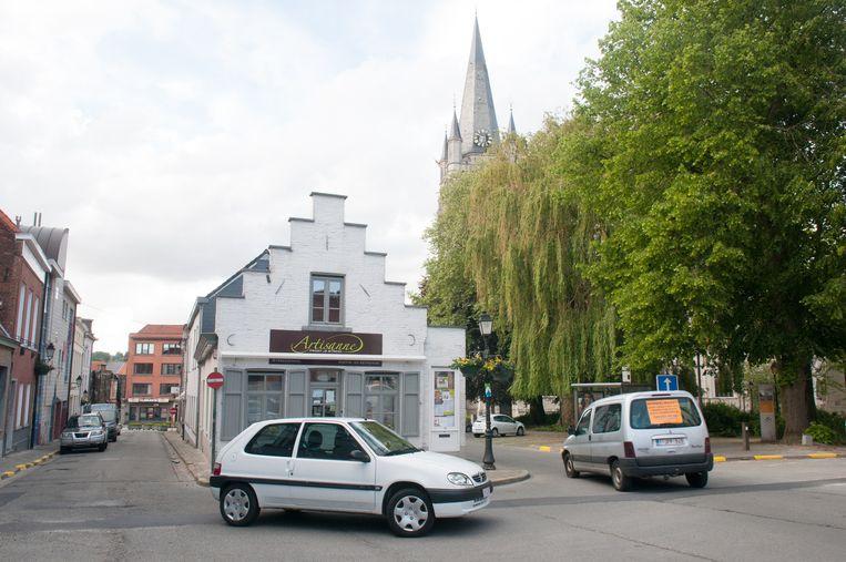 Voor streekwinkel Artisanne komt een pleintje. Daardoor wordt de Cypriaan de Rorestraat (rechts van het winkeltje) afgesloten.