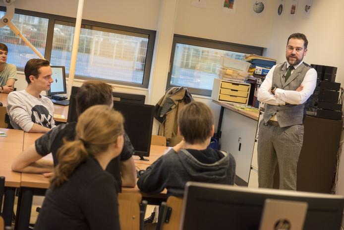 Staatssecretaris Klaas Dijkhoff (Veiligheid en Justitie, VVD) geeft op het Newmancollege in Breda een gastles over cyber security.