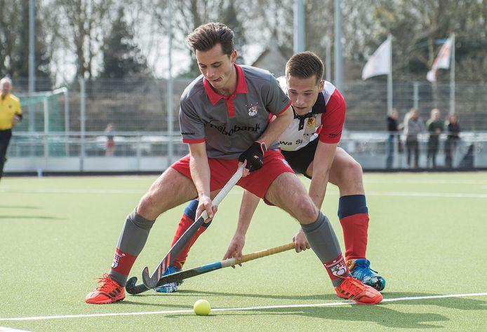 Floris Hendrickx (links) maakte in het eerste kwart de gelijkmaker op bezoek bij Schiedam. Zijn ploeg won de kraker bovenin met 2-4. (archieffoto)