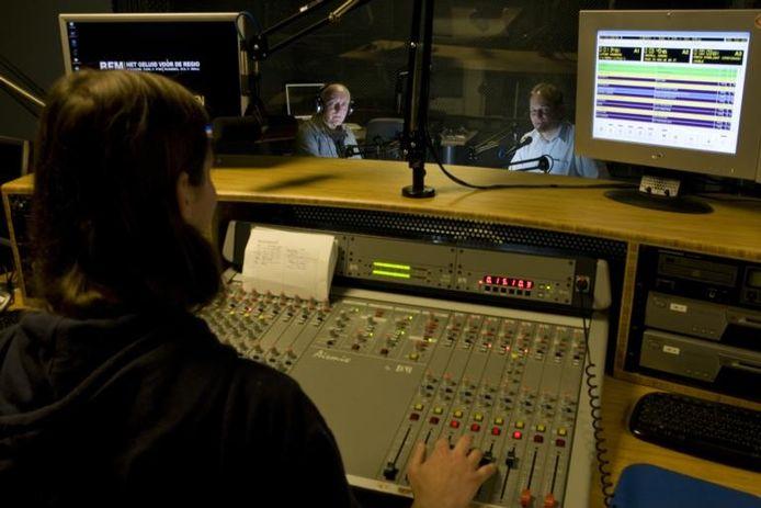 Veel vrijwilligers maken in de studio van Berkelstroom FM aan de Laarstraat in Zutphen op professionele manier radio. Hier zit Rik Lubbering achter de knoppen, Adjan Pepers en Gerrit Nijkamp (r) verzorgen de presentatie. Berkelstroom tv is voorlopig van de baan.foto Zutphens persbureau