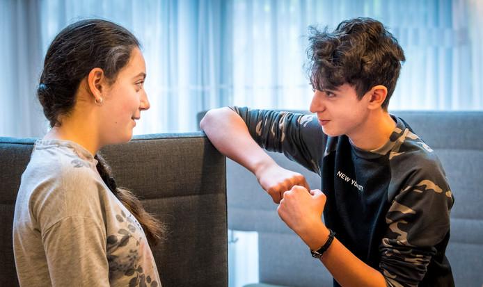 De twee Armeense kinderen Lili en Howick voorafgaand aan de zitting van de Raad van State over hun asielprocedure