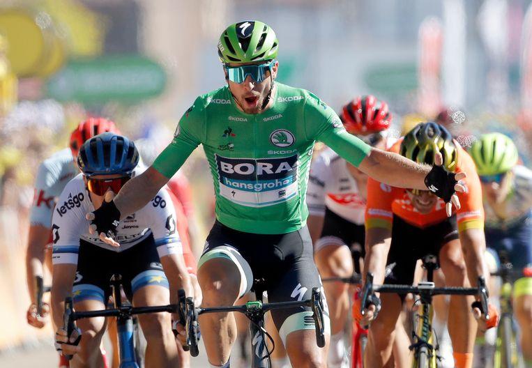 Peter Sagan, in de groene trui, wint woensdag in Colmar de vijfde etappe van de Tour de France. Beeld Foto AP