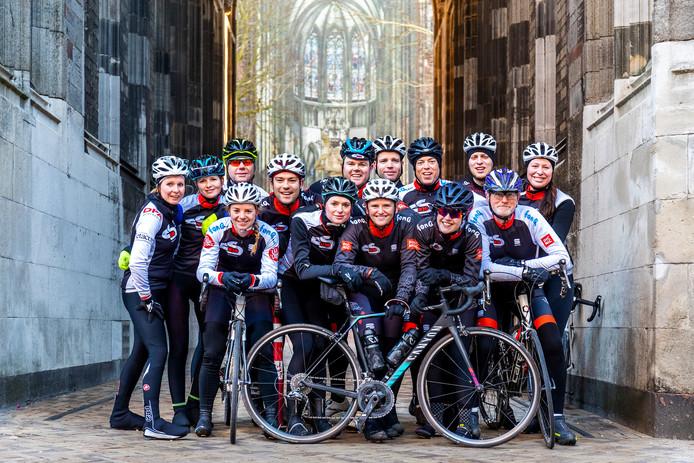 Wielerclub CS030 onder de Domtoren. Maar wat secreatris Lieke van der Straten betreft, blijft het peloton niet alleen in de stad, maar gaan de ploegen van de Vuelta richting recreatieplas Strijkviertel.